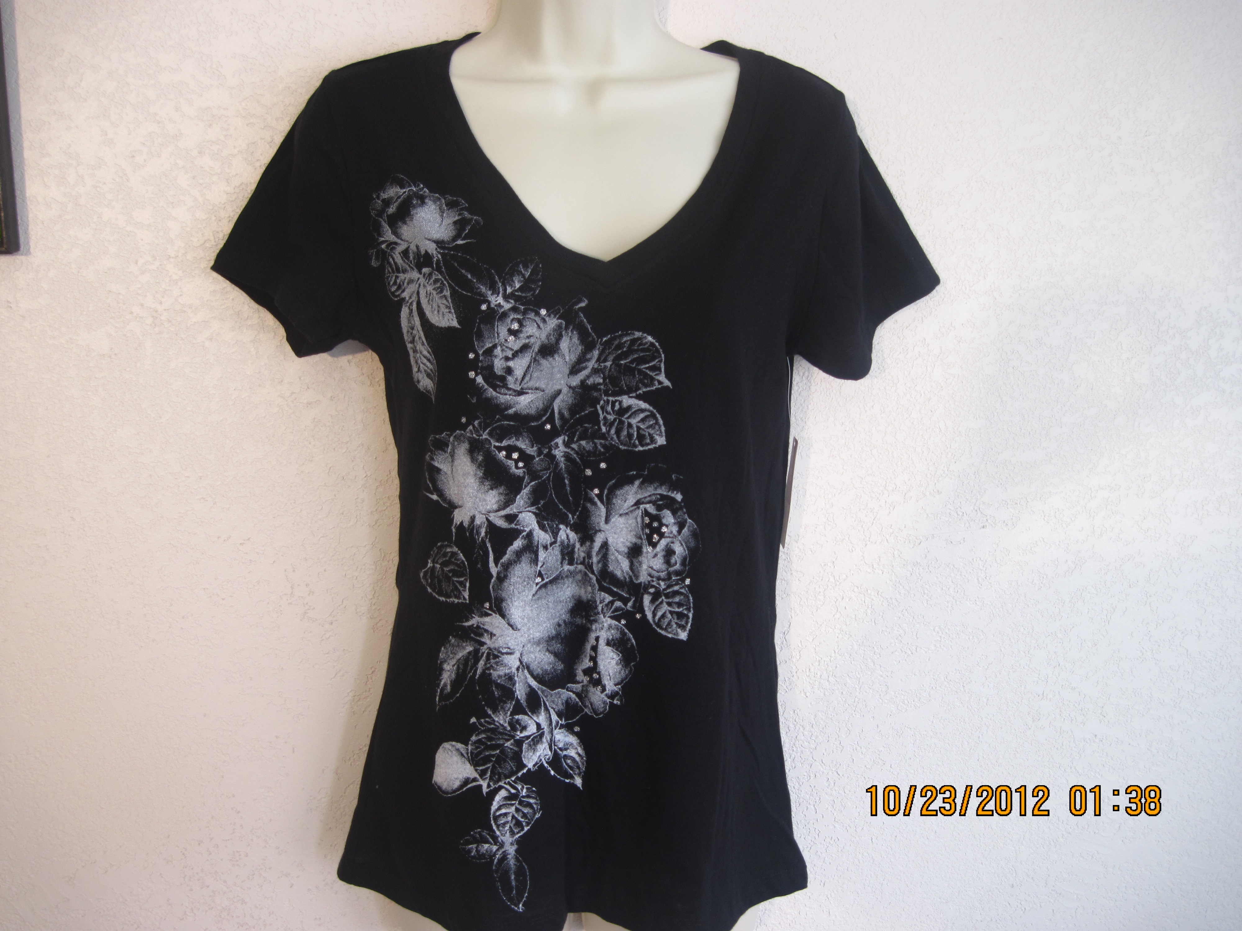 Bobbie Brooks Sz Small 6 V-Neck Rose Print Tee (black)